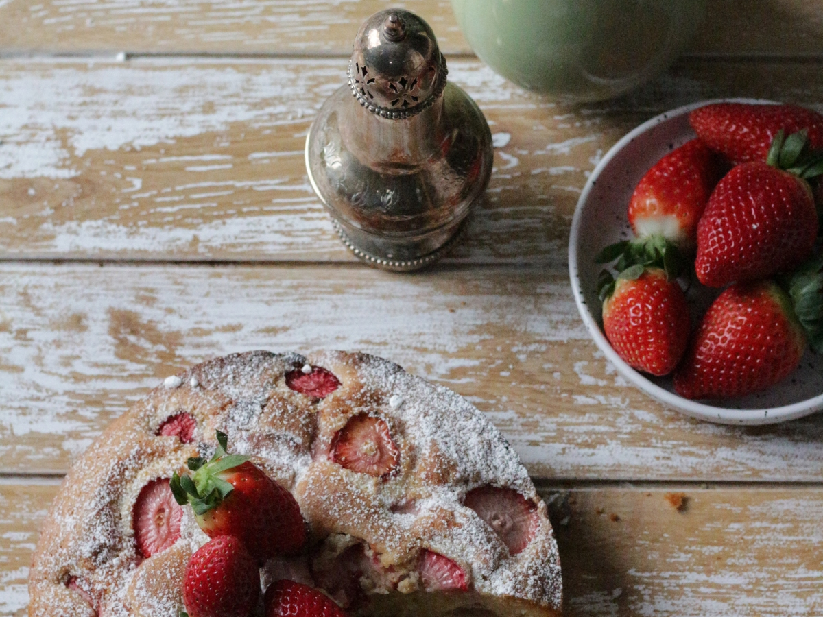 Strawberry yogurt and olive oil cake - - www.inksugarspice.wordpress.com #recipe #baking